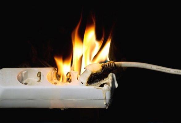 70% nguyên nhân của các vụ cháy nổ xuất phát từ nguyên nhân chập điện (Hình ảnh minh họa)