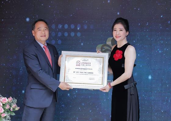 Ông Kang Ju Il - Giám đốc công ty sâm Hàn Quốc Jin Hung trao bằng chứng nhận phân phối độc quyền sản phẩm Bổ gan Guganbo cho công ty BT Việt Nam.