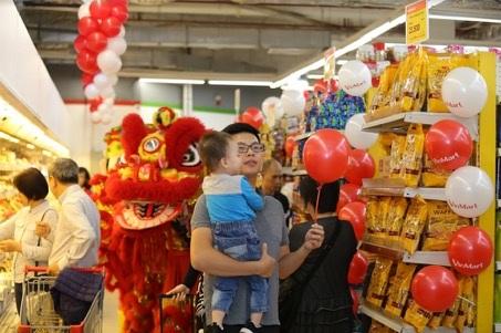 Đông đảo khách hàng hào hứng tới mua sắm tại VinMart mới trong ngày khai trương