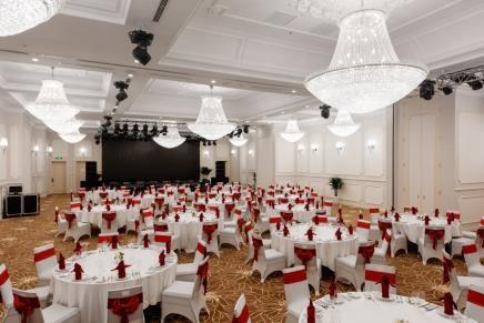 Phòng họp và tiệc lớn với sức chứa lên tới 300 khách là sự lựa chọn số một cho những sự kiện tầm cỡ hay những bữa tiệc và các buổi họp mặt sang trọng