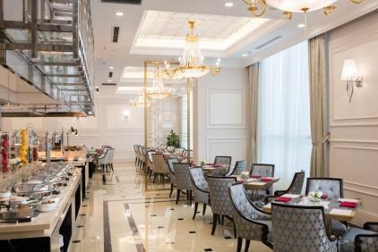 Nhà hàng Buffet và A-la-cart Châu Giang với tầm nhìn tuyệt hảo từ tầng 7 tại Vinpearl Condotel Phủ Lý sở hữu menu đa dạng với tinh hoa ẩm thực Châu Á điển hình, những đầu bếp tài hoa liên tục nâng cao tay nghề từ công thức chế biến tới cách trình bày để để làm hài lòng mọi thực khách