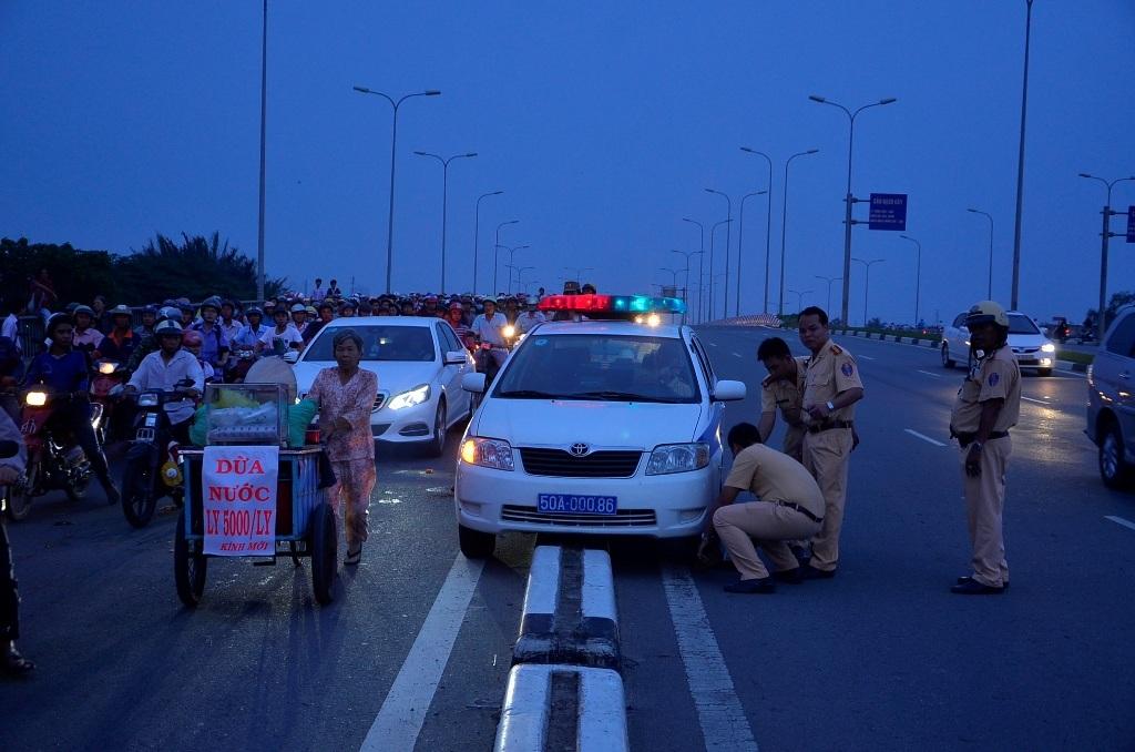 Cảnh sát giao thông đang giải cứu chiếc xe