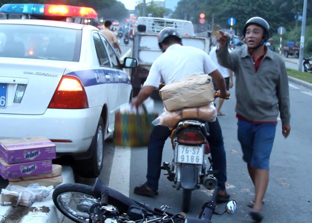 Thanh niên lái xe máy vi phạm thách thức CSGT