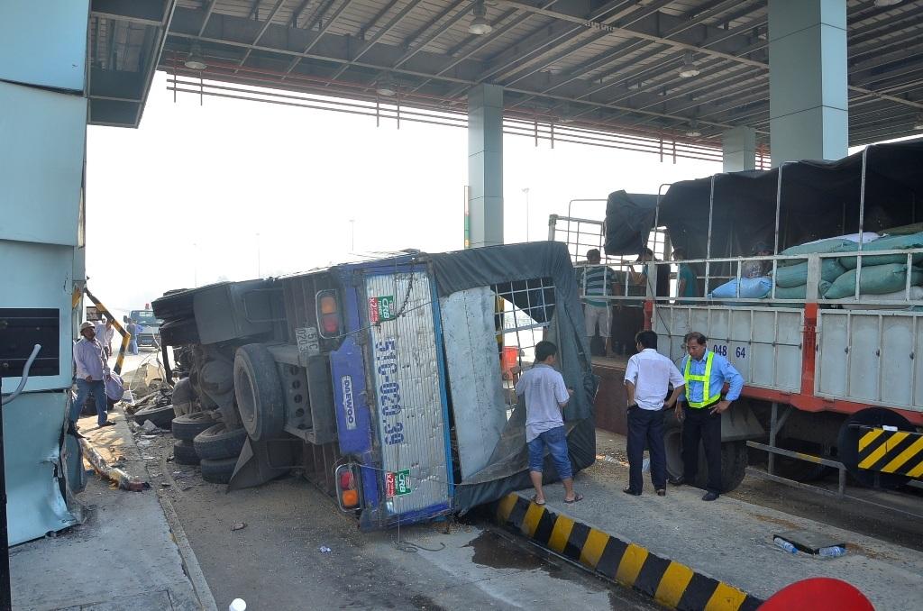 Chiếc xe tải lao lên mũi tàu và lật nghiêng tại trạm thu phí Chợ Đệm
