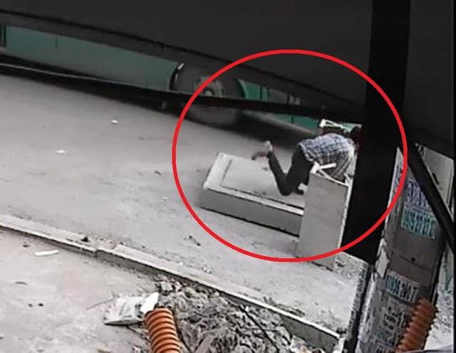 Camera ghi lại hình ảnh ông Ngộ vấp nắp cống và lọt xuống hố ga tử vong