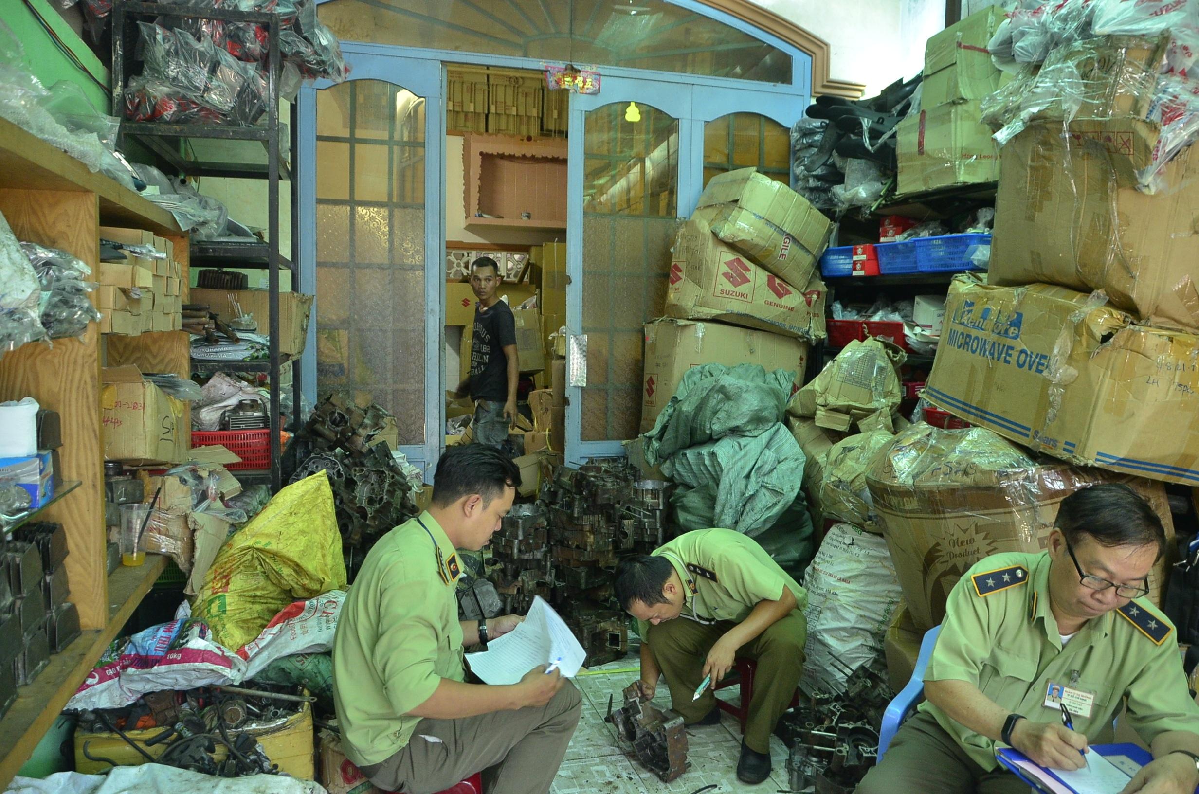 Lực lượng chức năng kiểm tra cơ sở lắp ráp xe máy