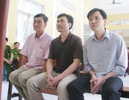 Các bị cáo Phạm Văn Núi, Nguyễn Hoàng Quân, Triệu Tuấn Hưng cùng được HĐXX cho ngồi nghe tuyên án.
