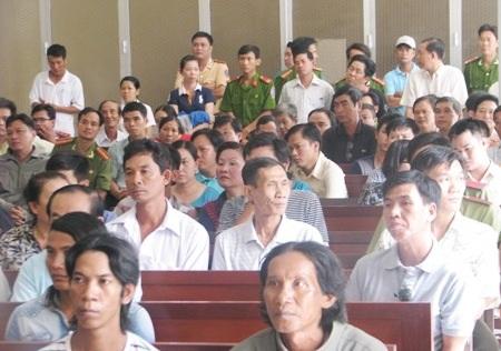 Phiên tuyên án có rất đông người tham dự.