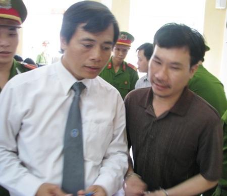 Nguyễn Hoàng Quân chia sẻ với một luật sư sau khi kết thúc buổi tuyên án.