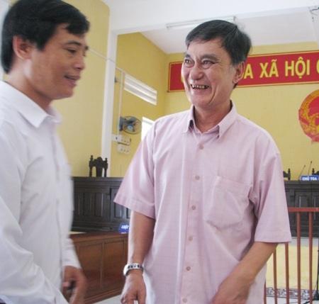 Phạm Văn Núi cười rất tươi với luật sư của mình sau khi nghe tuyên án.