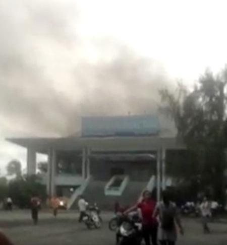 Vụ cháy nhà biểu diễn tại Trung tâm văn hóa tỉnh Sóc Trăng bất ngờ xảy ra lúc nhiều đoàn nghệ thuật đang biểu diễn khiến hàng chục người hoảng loạn.