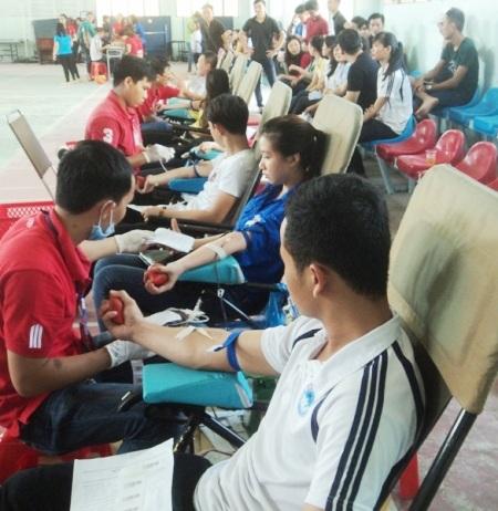 Đông đảo sinh viên Bạc Liêu hăng hái hiến máu tình nguyện.