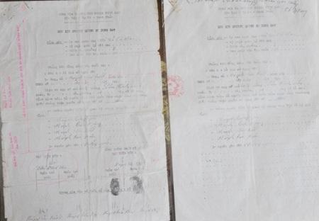 """Ông Viễn cho rằng, Đơn xin chuyển nhượng QSDĐ ngày 21/6/1993 do ông Phạm Hoàng Hơn cung cấp cho tòa (bên phải) đã được cắt ghép từ văn bản phía bên trái, thể hiện rõ ở dấu """"đinh kẹp"""" hồ sơ phía góc trên bên trái của 2 văn bản."""