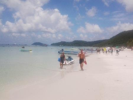 Sau khi thưởng thức hương vị nước mắm, hành trình tiếp theo là Bãi Sao, một bãi biển khá đẹp ở đảo ngọc. Nơi đây cát trắng, nước xanh, xa xa là một góc đảo vươn dài ra phía biển tạo nên khung cảnh đẹp mắt. Tại đây, du khách có thể ngâm mình xuống dòng nước biển mát rượi, và sau đó có thể lên thưởng thức những món ăn hải sản tươi sống nhất.