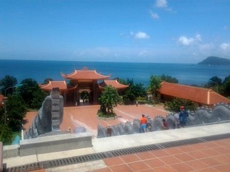 Rời Bãi Sao, điểm đến Thiền Viện Trúc Lâm là một nơi khám phá trước khi du khách vào bữa ăn trưa. Tại khu Thiền Viện này, từ trên cao, du khách có thể ngắm nhìn cả một vùng biển rộng lớn quanh đảo Phú Quốc. Khám phá nhiều công trình như lầu chuông, gác trống, ao sen, hồ cá và nhiều bức tượng nhà Phật. Nơi đây, tại khu chánh điện, du khách cũng có thể đến thắp hương, cầu nguyện cho mình những điều tốt đẹp.