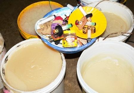 Một điểm sản xuất kinh doanh bị bắt quả tang bơm chứa tạp chất vào tôm. (Ảnh minh họa)