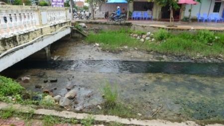Dòng kênh đen tra tấn người dân nhiều năm nhưng không được chính quyền địa phương quan tâm xử lý sớm.