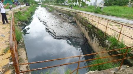 Một đầu kênh bị đất bồi lắng cao hơn nên đoạn giữa bị ứ nước không thoát ra được.