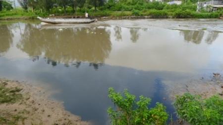 Nước từ dòng Kênh Hở chảy nhỏ giọt ra kênh lớn 30/4 toàn là nước đen. Đây là nỗi bức xúc lớn của người dân nhưng chính quyền địa phương chưa quan tâm đúng mức.