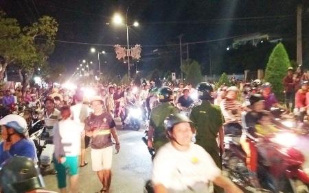 Hàng trăm người hiếu kỳ vây kín trước khách sạn Hoàng Long tối 21/10 để xem vụ việc.