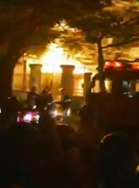 Lửa cháy ngùn ngụt tại quán cơm.