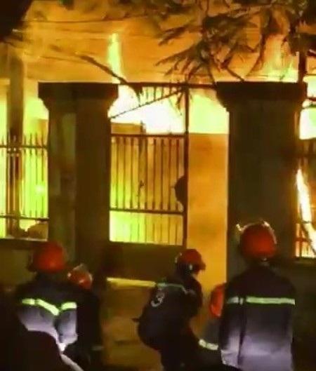 Lực lượng chữa cháy đã khá vất vả để dập lửa.