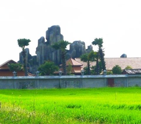 Công trình có ngọn núi nhân tạo rất hoành tráng mọc lên giữa đồng ở huyện Vĩnh Lợi, tỉnh Bạc Liêu.