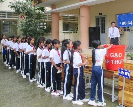 Các em học sinh cũng hăng hái đóng góp của ít lòng nhiều để chia sẻ khó khăn với nhau.