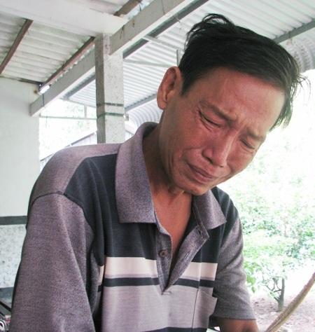Anh Trương Văn Tuấn đang mắc bệnh ngặt nghèo. Anh cần phải thay khớp mới có thể kéo dài được sự sống. Nghĩ đến tương lai các con không biết sẽ ra sao nếu như anh không còn, anh Tuấn bật khóc nức nở.