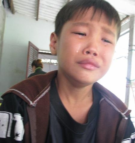 Em Trương Minh Đại mếu máo khi biết tính mạng của cha đang rất nguy nan.