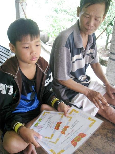 Nỗi lo lớn nhất của anh Tuấn là tương lai học tập mịt mờ của con trai khi tình cảnh gia đình đang lâm vào bế tắc.