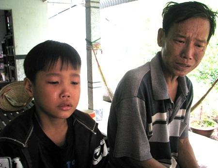 Hai cha con anh Tuấn nghẹn ngào mỗi khi nói đến khó khăn mà gia đình đang gặp phải.