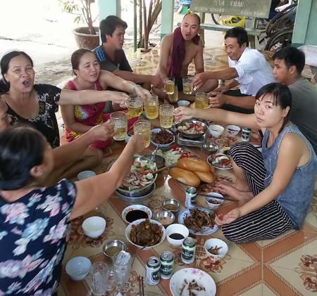 Ông Nguyễn Quốc Tuấn (áo trắng) được cho là đang ăn nhậu với người nhà của bên được thi hành án.