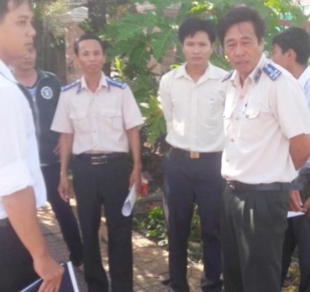 Ông Nguyễn Quốc Tuấn (bên phải) tại buổi cưỡng chế lấy đất của bà Huỳnh Thị Phương Thảo giao cho bà Phan Thị Mỹ Cao.
