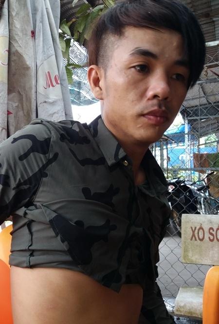 Anh Phạm Văn Trường cho rằng mình bị công an kéo lê khiến người xây xát, quần áo rách bươm.