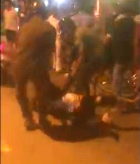 Hình ảnh được cho là công an kéo thanh niên say rượu trên đường được cắt ra từ clip.