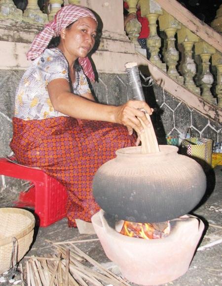 Công đoạn đầu tiên là sau khi chọn lúa nếp, nếp sẽ được bỏ vào chum, rồi rang trên lửa cho đến khi vừa chín.