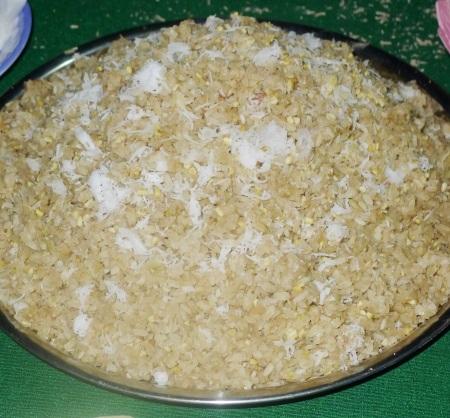 Sau đó, người ta sẽ trộn nhân nếp, dừa, đường, đậu phộng (lạc),... để cho ra món cốm dẹp hoàn chỉnh. Đây là một món ăn dân dã, nhiều người ưa thích.
