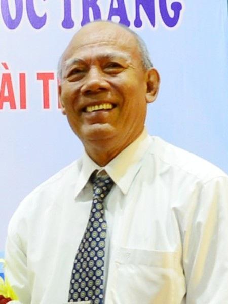 Nhà giáo nhân dân Lâm Es, hiện nay là Chủ tịch Hội Khuyến học tỉnh Sóc Trăng.