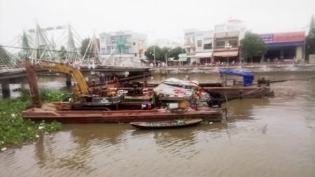 Nhiều phương tiện giải cứu xà lan được đưa vào nhưng đều bó tay, chưa có cách nào để kéo xà lan bị chìm lên.