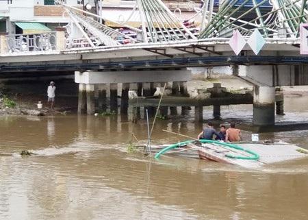Xà lan bị chìm trên sông Maspero vào ngày 4/11 hiện vẫn còn nằm dưới sông.