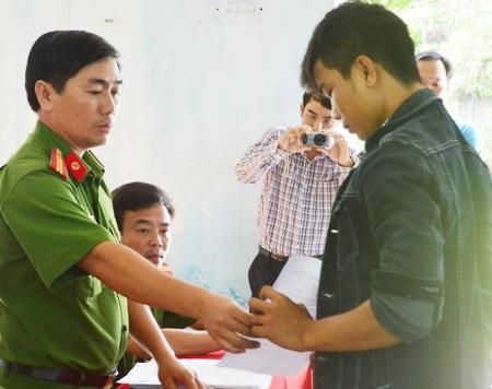Phạm Văn Đức nhận quyết định xử phạt.