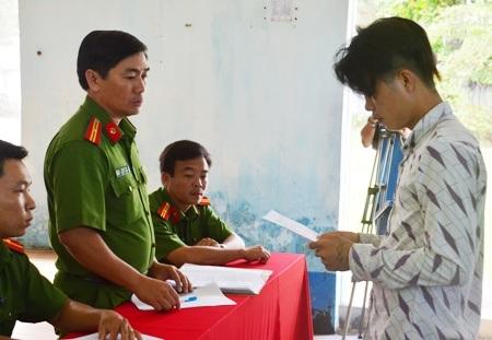 Phạm Văn Trường nhận quyết định xử phạt.