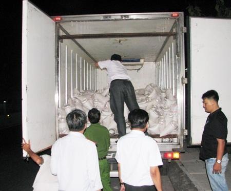 Ngành chức năng đang kiểm tra một xe tải chở tôm giống từ miền Trung về Bạc Liêu.