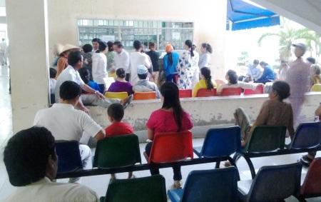 Người dân đến khám, chữa bệnh tại Bệnh viện đa khoa tỉnh Bạc Liêu.