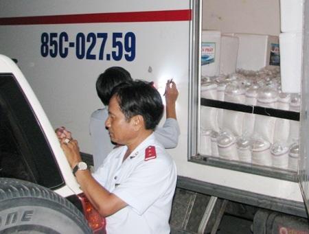Trưởng đoàn Hà Văn Buôl đang ghi lại kết quả kiểm tra tại chỗ cho thấy xe tải này chở đến 800.000 con tôm giống lậu.