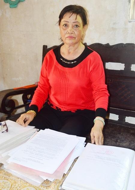 Bà Trương Thị Bông hơn 10 năm qua vẫn chưa nhận được tiền từ cơ quan thi hành án theo bản án tòa tuyên.