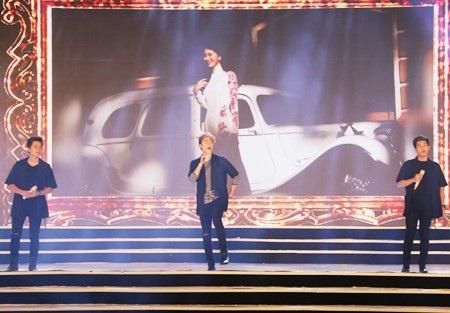 Nhóm The Wings trong 2 ca khúc Mùa xuân gọi và Nụ cười Việt Nam.