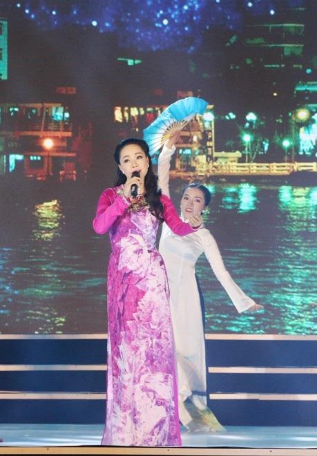 Ca sĩ Thụy Vân dịu dàng với Ninh Kiều em gái Cần Thơ.