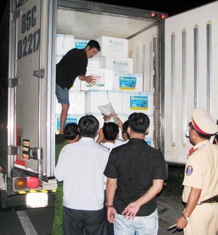 Do lợi nhuận cao nên các xe tải chở tôm giống từ miền Trung ồ ạt đổ về các tỉnh miền Tây, trong đó chủ yếu là Bạc Liêu để cung hàng.